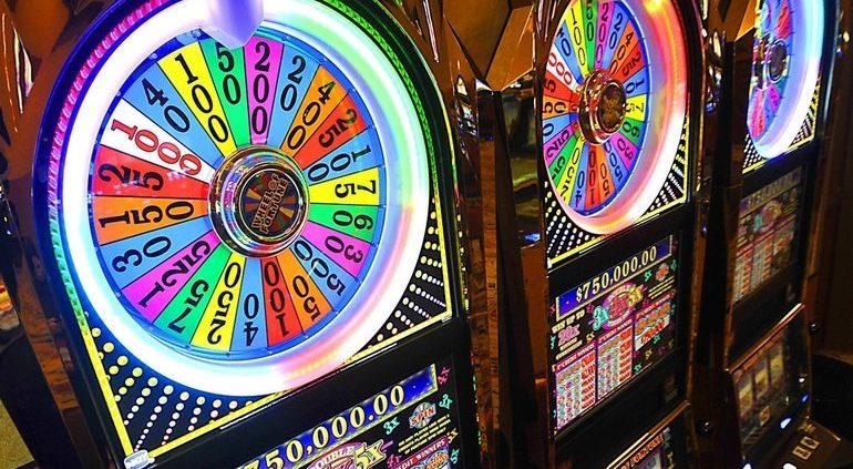 CASINO COLORFUL Slot-machines.jpg